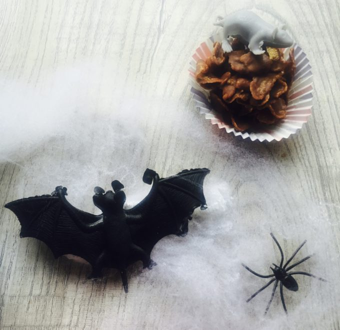 halloween lunchbox hack - rat on a cupcake